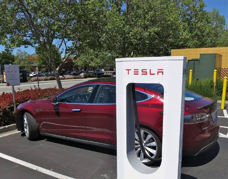 1280px-Tesla_Supercharging_in_Gilroy-1024x806.jpg