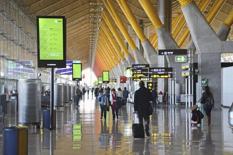 Interior_de_la_terminal_T4_del_Aeropuerto_Adolfo_Suárez_Madrid-Barajas.