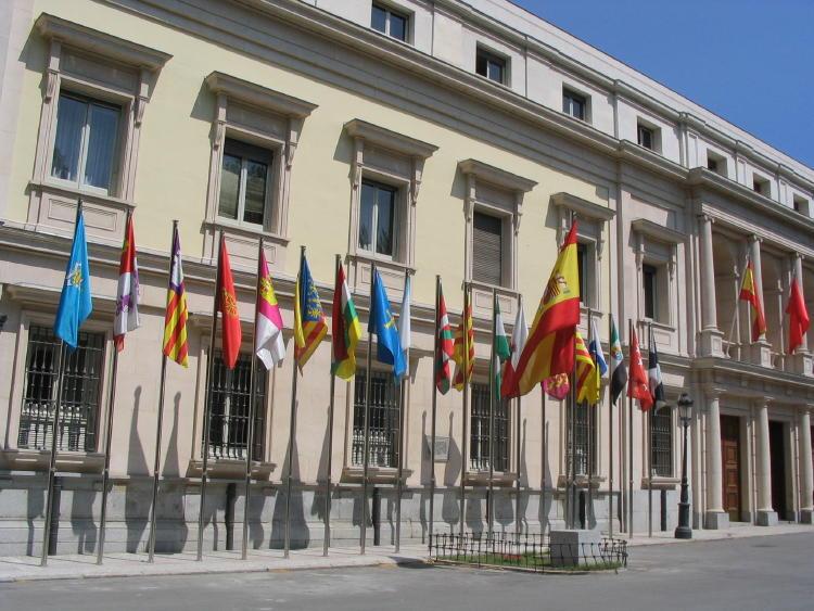 Banderas_de_las_comunidades_autónomas_de_España_frente_al_Senado,_Madrid
